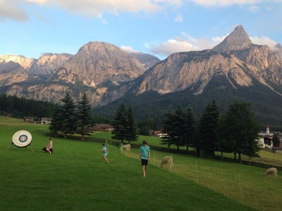 Wellness Sporthotel Hotel Alpenhof: Kids can run around on the beautiful grounds