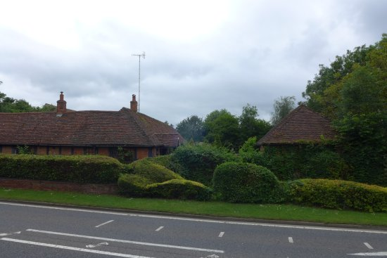 Coughton Lodge Guest House: Nestled off the road through the village, with Coughton Court the other side of the road.