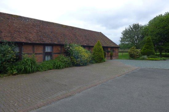 Coughton Lodge Guest House: Grass play area through the gap past the building.