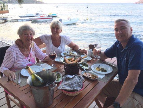 Magi Beach: Superb dinner, superb setting, happy campers!