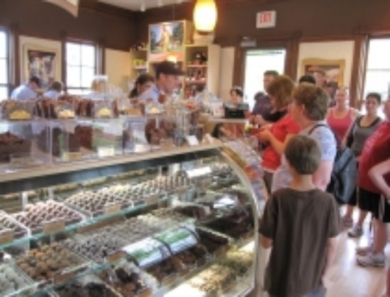 Delafield, Ουισκόνσιν: Gourmet Chocolates, Caramel Apples, Fudge, Bark, Dipped Fruit and Ice Cream