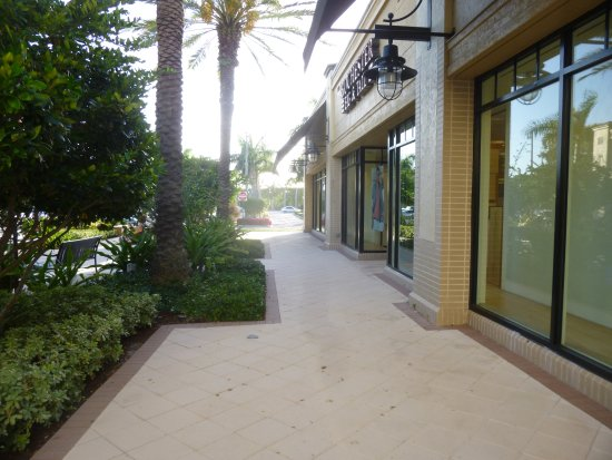 Town Center Aventura: Walkway and plants at Town Center