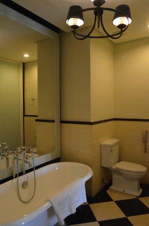 Eastern & Oriental Hotel: Victory Annexe suite amenities and views (8th floor)