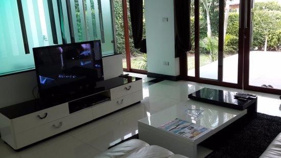 Lotus Villas & Resort Hua HIn: ห้องนั่งเล่น พร้อมทีวีจอแบยน และเครื่องเล่น ดีวี่ดี