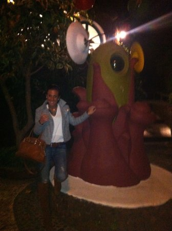 Restaurante Chipi Chipi: estatua exterior restaurante