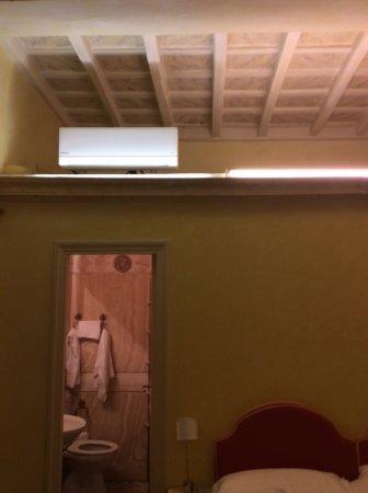 Residenza al Corso: pompa di calore posizionata sul solaio del bagno, i soffitti della stanza sono molto alti