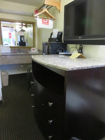 Econo Lodge: Pretty furniture and granite throughout