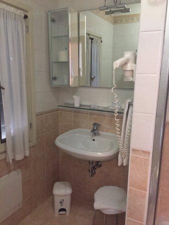 il bagno con finestra  picture of magnolia hotel, preganziol, Disegni interni