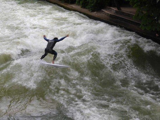 Surfer in der Eisbachwelle (2) - Bild von Englischer Garten, München - TripAdvisor