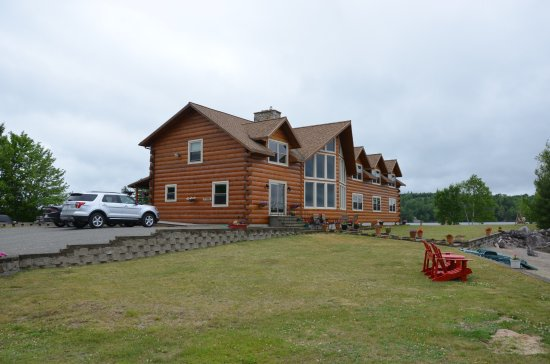 5 Lakes Lodge: Die Lodge verfügt über einen gepflegten Aussenbericht mit schönen Sitzgelegenheiten