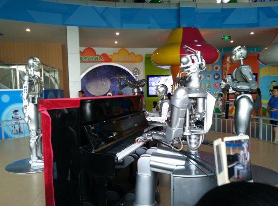 Наньнин, Китай: Robotic music band performance