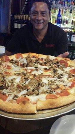 Mona Lisa Italian Restaurant: So SO good .tues 1/2 PRICE PIZZA WITH ROGER THE BEST BARTENDER