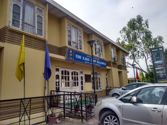Hotel Lake View (HPTDC): The hotel, seen from the road.