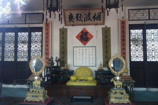 Museum of Summer Resort: 皇帝の椅子は黄色