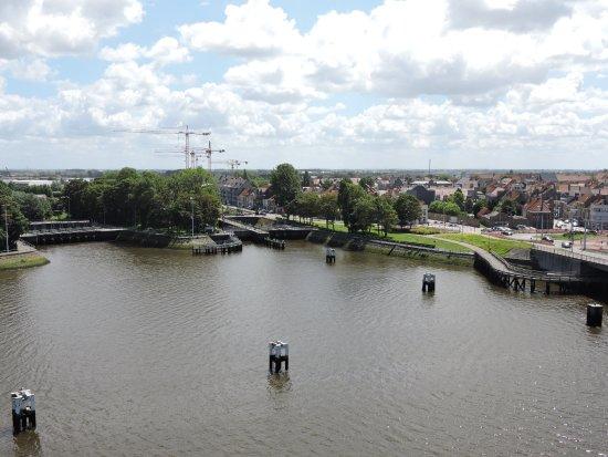 """Nieuwpoort, Belgia: 2 écluses et sur la droite le chemin """"promenade""""."""
