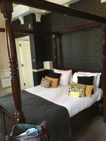 Warner Leisure Hotels Bodelwyddan Castle Historic Hotel: Four poster bed in Room 614