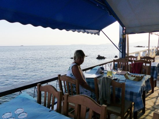 Loutraki, Yunani: dining over the sea