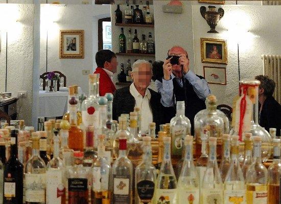 Passerini: Le photographe, anonyme derrière son appareil, mais en bonne compagnie. Superbe salle sobre, vou