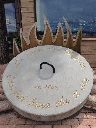 Torricella di Magione, Włochy: il fatto che la torta al testo sia il piatto forte lo si evince fin dall'ingresso