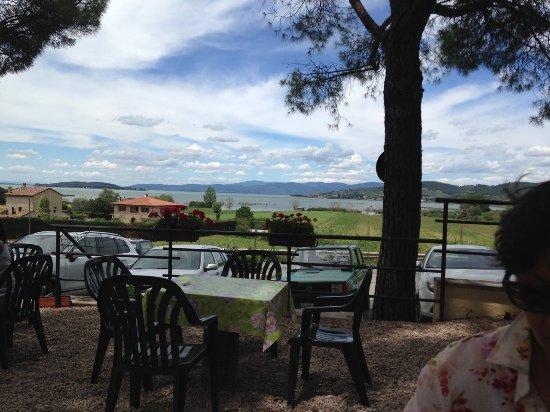 Torricella di Magione, Włochy: tavolini con vista sul lago trasimeno: dalla Maria si mangia così