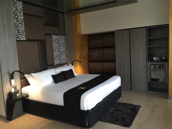 Jacuzzi suite picture of hugo 39 s boutique hotel saint for Design boutique hotel malta