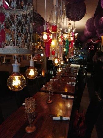 Buddha Republic: Innenraumansicht. Das Restaurant ist schmal geschnitten und hat 2-er Tische an den beiden Wandse