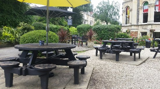 The Channings Hotel : Quiet garden on a weekday at lunchtime.