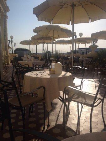 Grand Hotel Cesenatico: Il Terrazzo su cui fare colazione