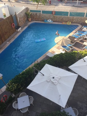 Playas del Rey Hotel: The pool area.