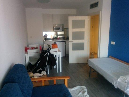 Salón-comedor-cocina: sofá, supletoria, mesa y cocina - Picture of ...