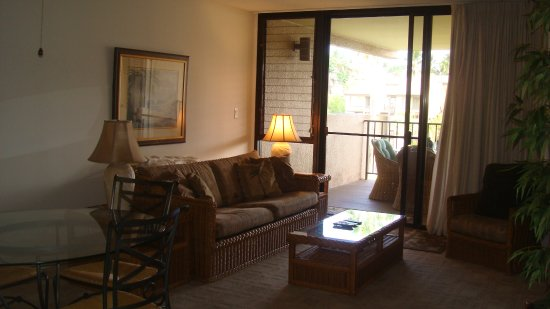 Kamaole Sands: Living room with lanai Unit 9-304