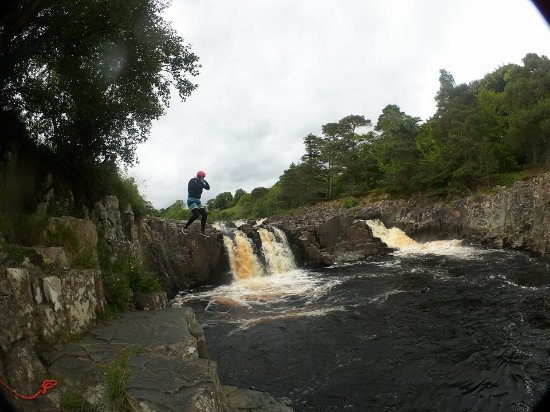 Portinscale, UK: White water tubing, a 8 meter jump