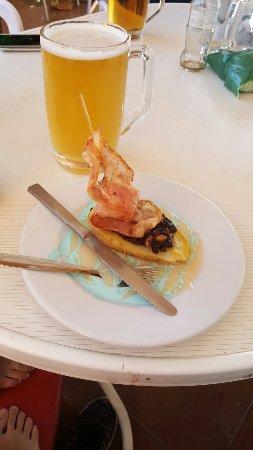 Burgohondo, España: Feria de la tapa. Barquito de patata , tripulacion morcilla y piñones vela bacon y mar de salsa