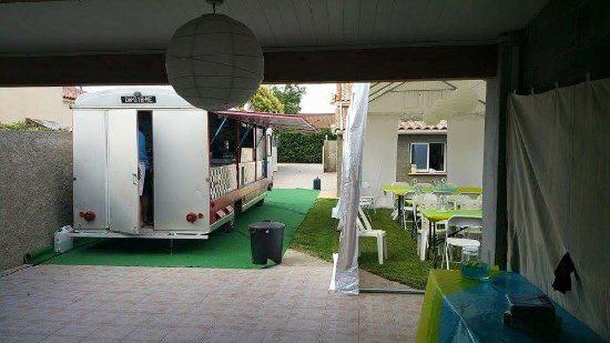Magalas, France: soirée privée installation du foodtruck Animation