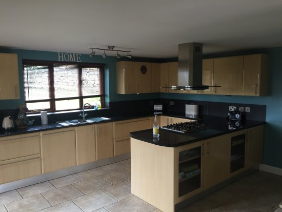 Tansley, UK: Open Kitchen and Breakfast Bar