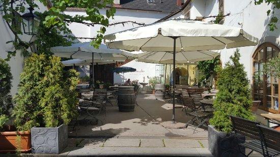 Perchtoldsdorf, ออสเตรีย: romantischer innenhof mit weinlaube