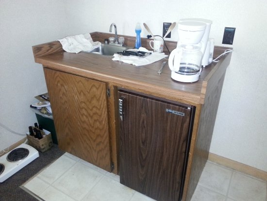 """Egg Harbor, Висконсин: This is the """"kitchenette"""". Seriously. That's the hot plate on the floor."""