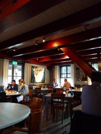 https://media-cdn.tripadvisor.com/media/photo-s/0b/de/be/d7/interieur-restaurant.jpg