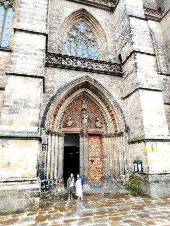 Elisabethkirche: Стрельчатые окна и дверной проем