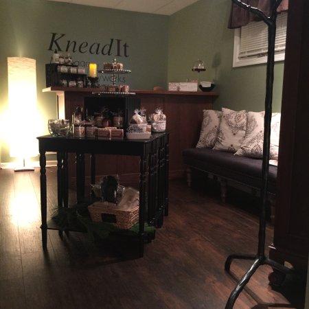 Knead It Massage & Bodyworks: Waiting Area at KneadIt Massage & Bodyworks