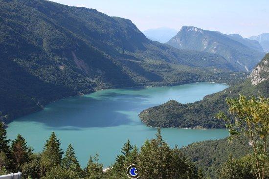 Piccola Baita: Vista da 200 mt dall'albergo, lago di Molveno