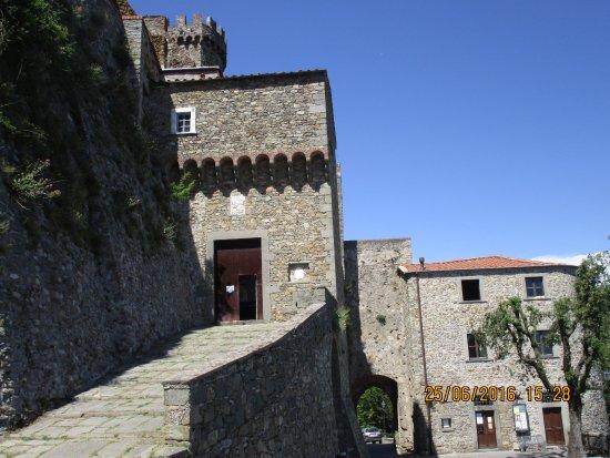 Castello Malaspina di Fosdinovo: salita al castello
