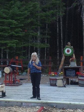 เอลส์เวิร์ท, เมน: Lumberjack Tina answering questions from the audience.
