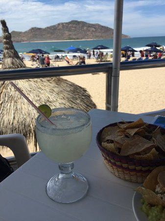 Las Flores Beach Resort: Outdoor bar has great margaritas and chips.