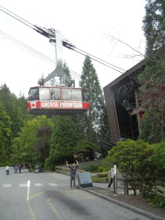North Vancouver, Canadá: Under the cable car as it was coming in. I am sure it would have been a great view tho...
