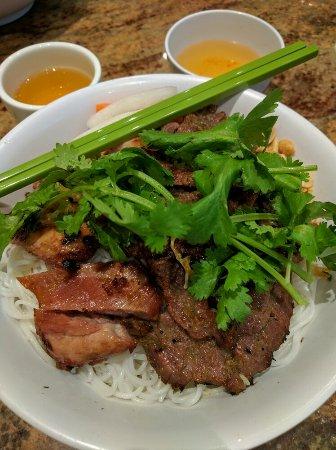 Pho Bang New York : Vermicelles de riz au poulet & boeuf 9,75$