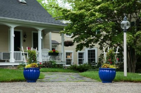 Snow Squall Bed and Breakfast: Relax on the beautifully landscaped grounds