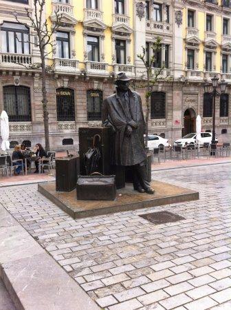 Esculturas de Oviedo: el viajero