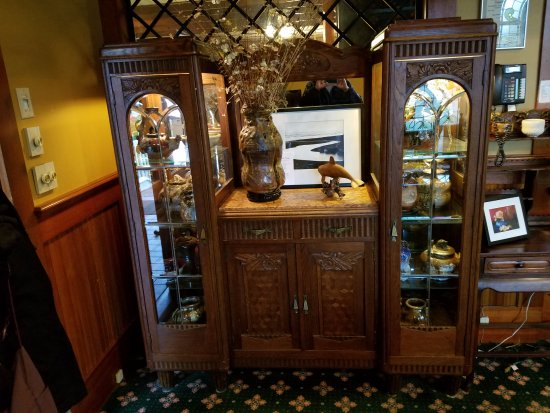 Seaview, WA: display case at Shelburne