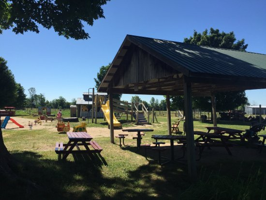 Ottawa, Kanada: Great path around the farm and large park with play structures in the back.
